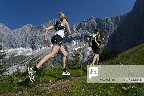 Frau  Berg  Mann  Sport  gehen  folgen  Gesundheit  rennen  Wiese  joggen  Ramsau bei Berchtesgaden  Österreich