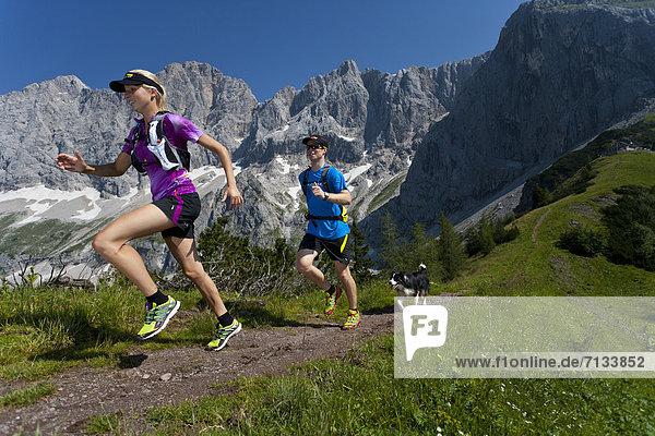 Frau  Berg  Mann  Sport  gehen  folgen  Gesundheit  rennen  Wiese  Ramsau bei Berchtesgaden  Österreich