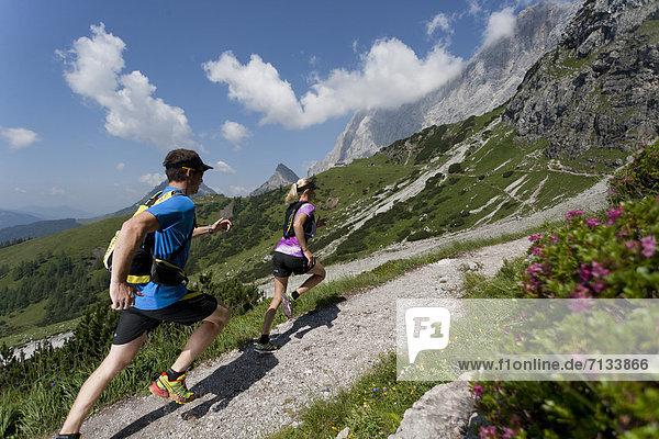 Frau  Berg  Mann  Sport  gehen  folgen  Gesundheit  rennen  steil  Ramsau bei Berchtesgaden  Österreich