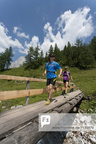 Frau  Berg  Mann  Sport  gehen  folgen  Gesundheit  rennen  Brücke  Bach  Ramsau bei Berchtesgaden  Österreich