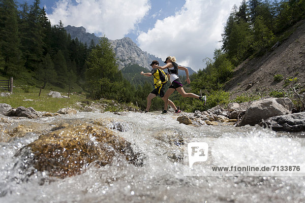 Frau , Berg , Mann , Sport , gehen , folgen , Gesundheit , rennen , Hund , Bach , Ramsau bei Berchtesgaden , Österreich