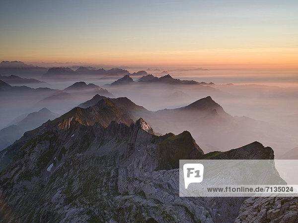 Gebirge  Felsbrocken  Landschaftlich schön  landschaftlich reizvoll  Europa  Berg  Abend  Steilküste  Dunst  Rauch  Nebel  Alpen  Berggipfel  Gipfel  Spitze  Spitzen  rot  Schweiz
