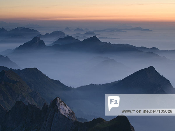 Gebirge  Felsbrocken  Landschaftlich schön  landschaftlich reizvoll  Europa  Berg  Abend  Steilküste  Dunst  Rauch  Nebel  Alpen  blau  Berggipfel  Gipfel  Spitze  Spitzen  rot  Schweiz