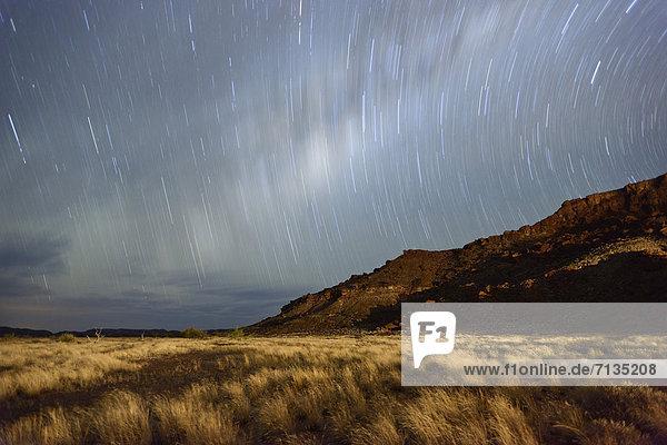 sternförmig  Nacht  Himmel  Landschaft  Langzeitbelichtung  Querformat  Namibia  Wiese  Sternenhimmel  UNESCO-Welterbe  Afrika  Damaraland  Twyfelfontein