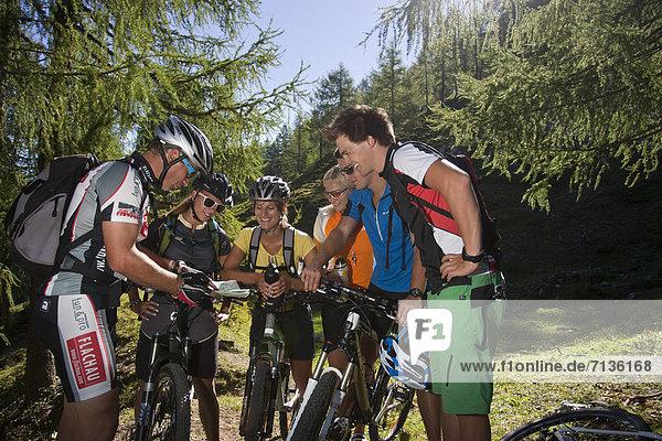 Mountainbike  mountain bike  Jugendlicher  Europa  Frau  Mann  Sport  radfahren  Fahrrad  Rad  Landkarte  Karte  Fahrradfahrer  Österreich  Karte  Spaß  lesen