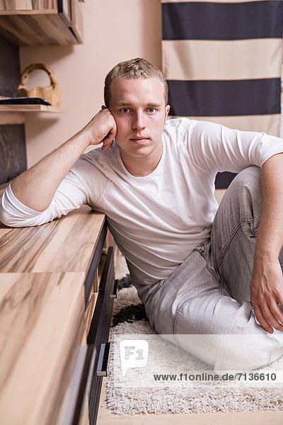 Junger Mann in Wohnzimmer
