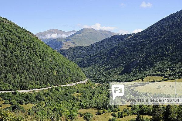 Landschaft bei dem Tunnel von Vielha  Landstraße N 230  Vielha e Mijaran  Viella  Val d'Aran  Arantal  Pyrenäen  Provinz Lleida  Cataluna  Katalonien  Spanien  Europa  ÖffentlicherGrund