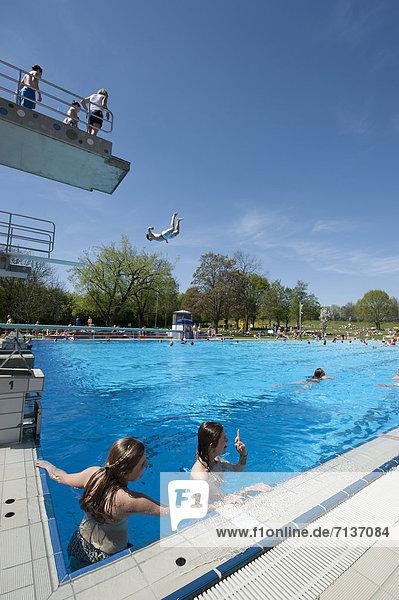Europa Gast öffentlicher Ort schwimmen Baden-Württemberg Deutschland Stuttgart