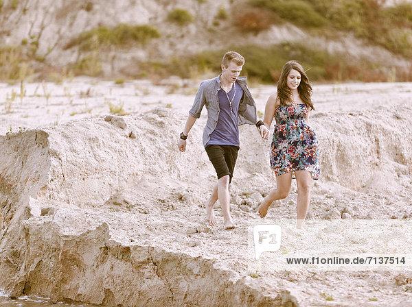 Junges Paar läuft am Strand