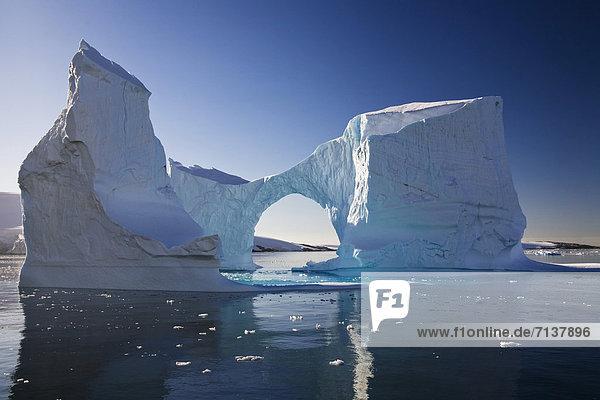 Eisberg  Torbogen-Eisberg  Lemaire Kanal  Antarktische Halbinsel  Antarktis Eisberg, Torbogen-Eisberg, Lemaire Kanal, Antarktische Halbinsel, Antarktis