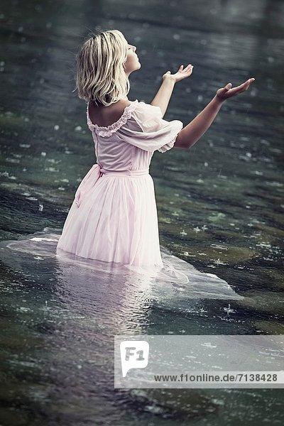 stehend  Wasser  Frau  Fröhlichkeit  Regen stehend ,Wasser ,Frau ,Fröhlichkeit ,Regen