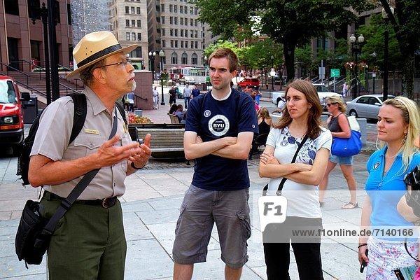 Frau  Mann  zuhören  Beruf  erklären  Boston  Massachusetts  Quincy Market