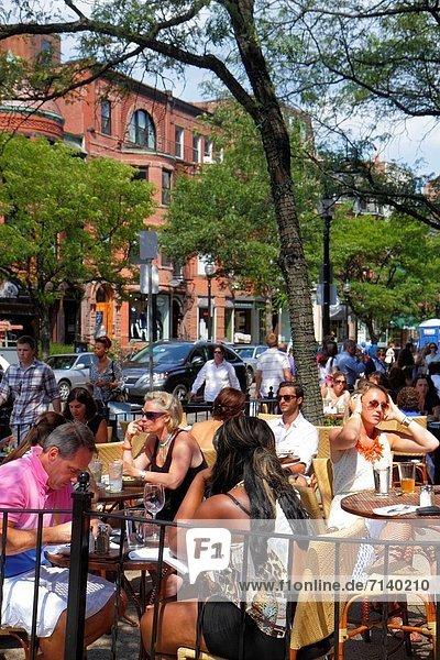Frau  Mann  am Tisch essen  Restaurant  Reichtum  kaufen  Boston  Massachusetts