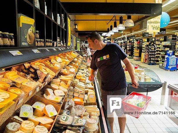 Frankreich  Mann  französisch  kaufen  Gers  Midi Pyrenees  Supermarkt