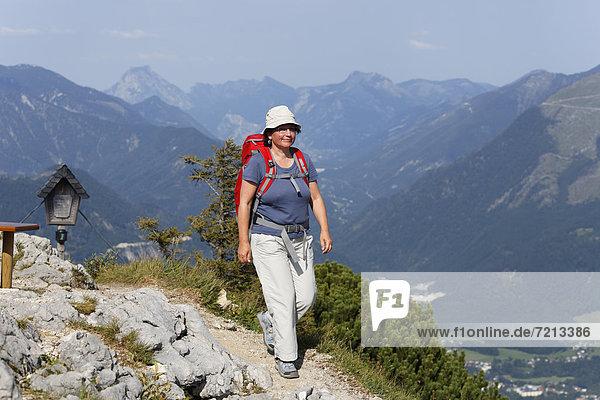 Frau wandert auf Weg zum Katrin-Gipfel  Katergebirge bei Bad Ischl  Salzkammergut  Traunviertel  Oberösterreich  Österreich  Europa