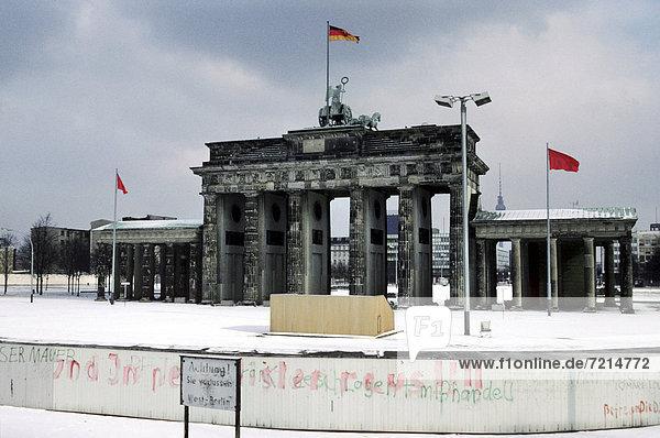 Brandenburger Tor mit Berliner Mauer im Schnee  Berlin  Deutschland  Europa Brandenburger Tor mit Berliner Mauer im Schnee, Berlin, Deutschland, Europa