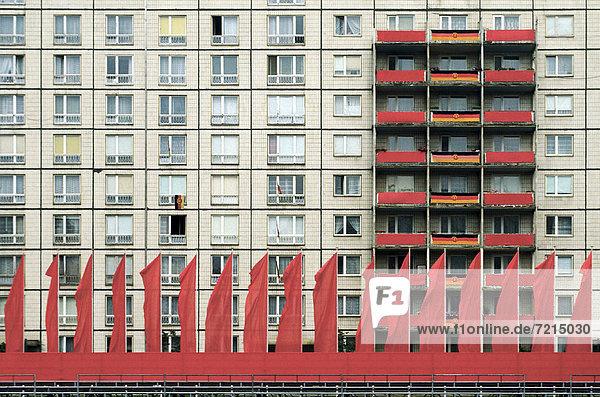 Berlin Hauptstadt Europa Wand Gebäude Straße Fahne rot Jubiläum Parade