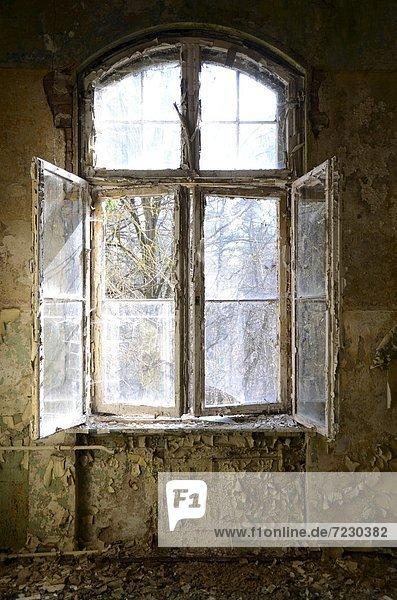 Fenster in einem heruntergekommenen Gebäude Fenster in einem heruntergekommenen Gebäude