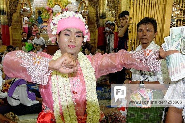 Mann  halten  Tag  Einheit  tanzen  zeigen  Mond  Festival  6  20  Myanmar  Trennung  voll  Ritual  Gewerkschaft