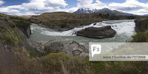 Panoramablick auf einen Wasserfall des Gletscherflusses Rio Paine im Nationalpark Torres del Paine  Lake Pehoe  Region Magallanes Antartica  Patagonien  Chile  Südamerika  Lateinamerika  Amerika