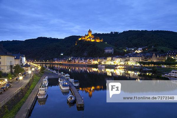 Ortsansicht mit Reichsburg bei Nacht  Cochem  Mosel  Rheinland-Pfalz  Deutschland  Europa  ÖffentlicherGrund