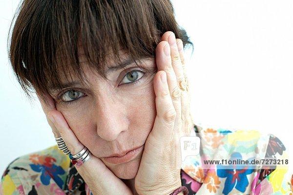 mujer con las manos en la cara preocupada  woman with her hands on face worried