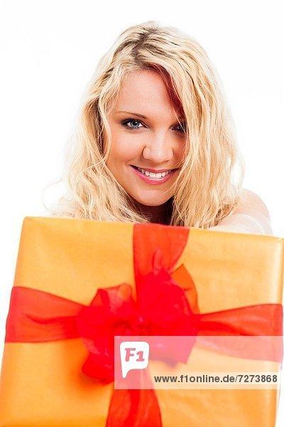 Geschenk  blond  Frau  Fröhlichkeit  Schönheit  halten  jung