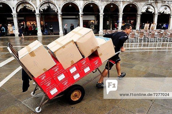Europa  Mann  Transport  Markierung  Quadrat  Quadrate  quadratisch  quadratisches  quadratischer  Markusplatz  Italien  Venedig