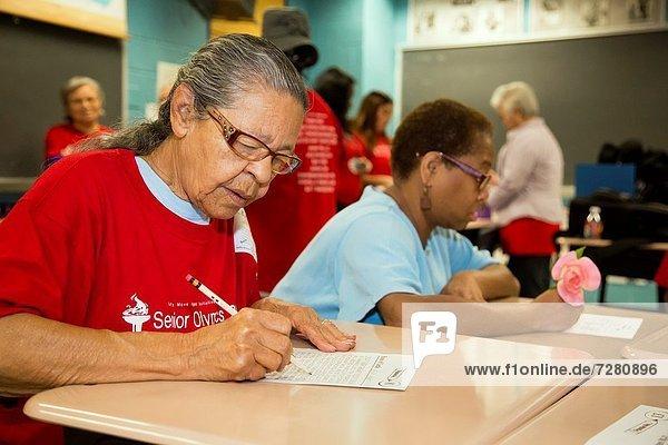 Senior  Senioren  Organisation  organisieren  Tag  Fest  festlich  Wirtschaft  Aktion  Training  Spiel  amerikanisch  Teilnahme  Staatsbürger  Olympische Spiele  Olympiade  sitzend  Louisiana  New Orleans  vietnamesisch