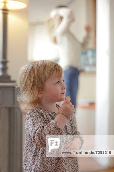 Porträt eines Kleinkindes  das einen Snack isst
