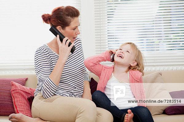 Mutter und Tochter auf dem Handy