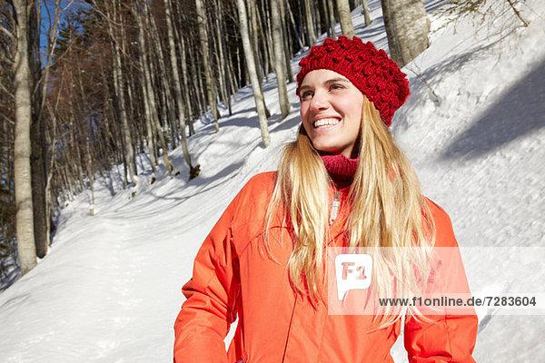 Porträt einer Frau mit roter Strickmütze und Mantel