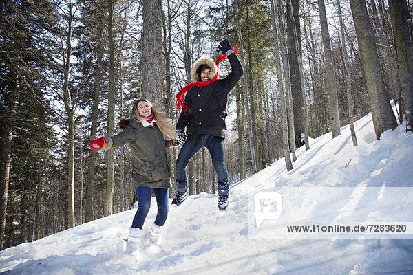 Pärchenspringen im Schnee