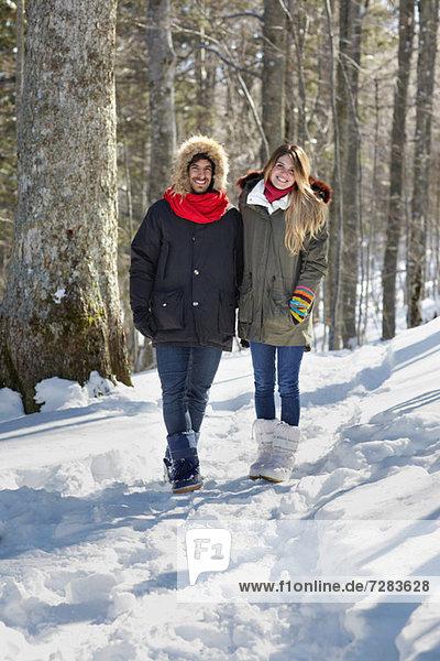 Paar Wandern im Schnee