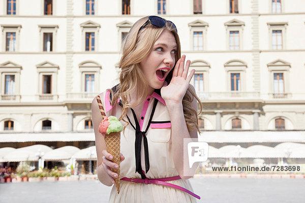 Junge Frau mit Eistüte  schreiend