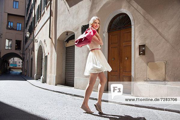 Porträt einer jungen Frau auf der Straße