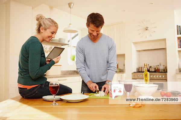 Paar beim Zubereiten von Speisen in der Küche