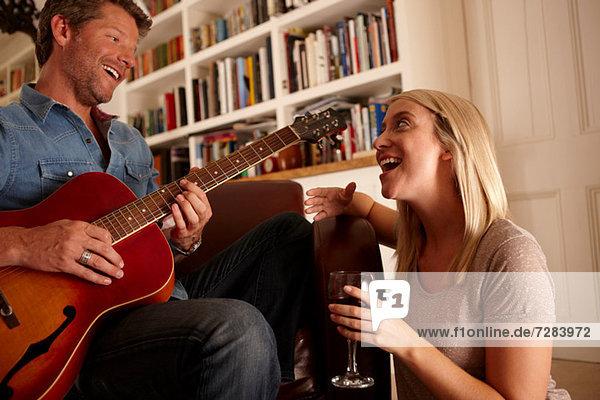 Man playing guitare  woman singing