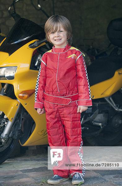Junge im Rennfahrerkostüm