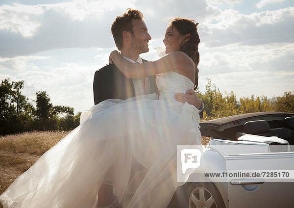 Neuvermählter Bräutigam mit Braut im Freien