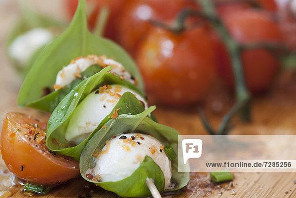 Käse mit Kräutern und Tomaten