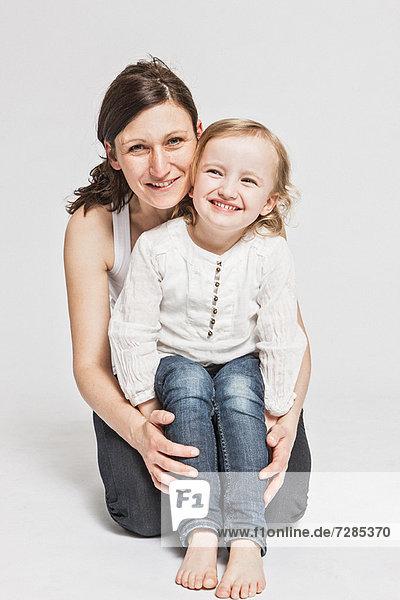 Vater und Tochter lächeln zusammen