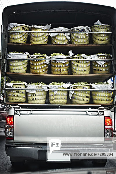LKW mit Obstkisten