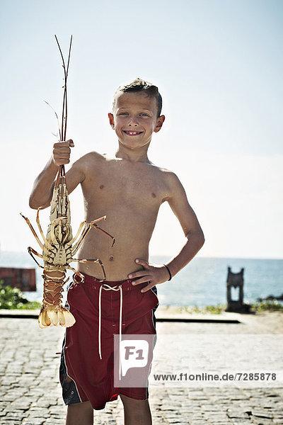 Junge mit frisch gefangenem Hummer