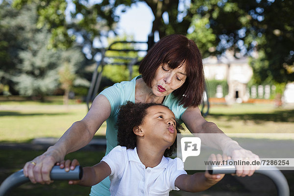 Frau und Enkelin beim Spielen im Park