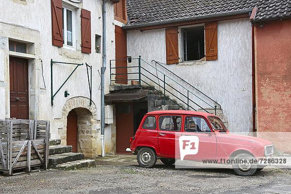 Auto vor einem typischen Bauernhaus im französischen Jura  Baume-les-Messieurs  Frankreich