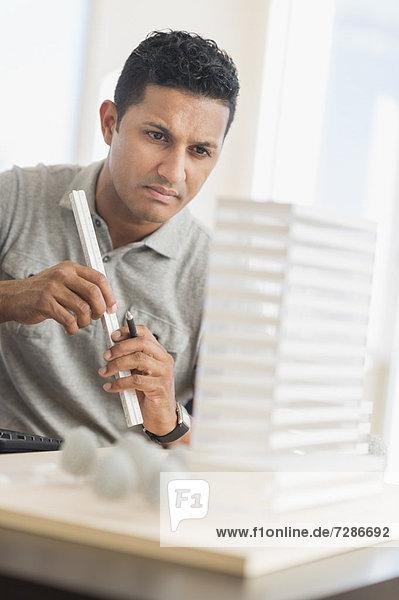 Kaufmann auf Computer im Büro arbeiten
