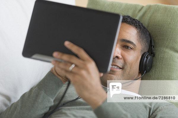 Mann  zuhören  Musik  Tablet PC