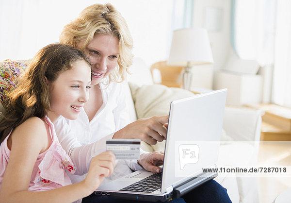 Interior  zu Hause  benutzen  Notebook  Tochter  5-9 Jahre  5 bis 9 Jahre  Mutter - Mensch