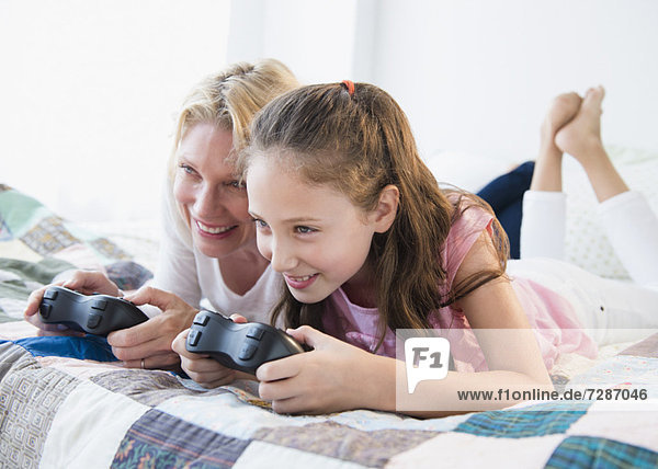 Spiel  Camcorder  Tochter  5-9 Jahre  5 bis 9 Jahre  Mutter - Mensch  spielen